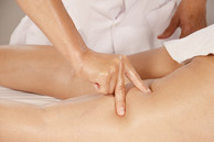 Xiao-Yun wang pratique trois pressions digitales sur des points d'acupuncture.