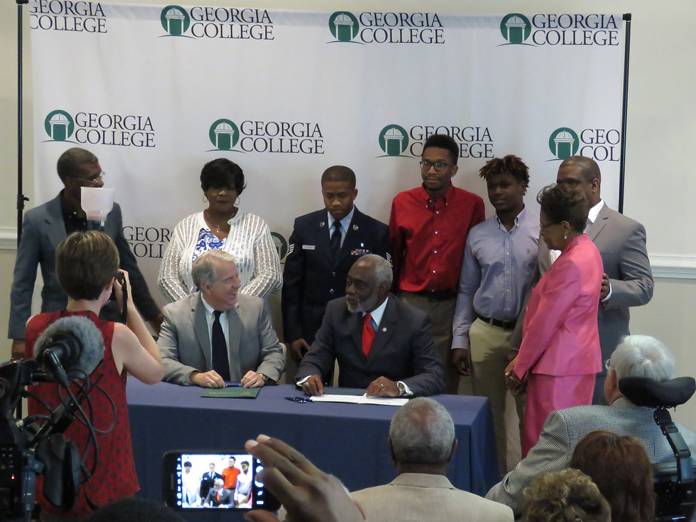 The Hon. Floyd Griffin flanked by family members and Georgia College President Steve Dorman
