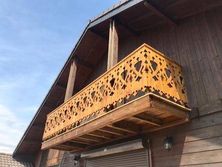 Barrière de balcon en bois massif avec motifs.