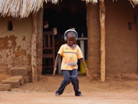 Veja a reação das crianças africanas ouvindo Jorge Ben pela primeira vez.