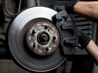 Freio de carro depende de manutenção periódica para funcionar bem.