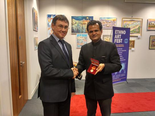 Медаль М.Джалиля  С.Саксене, профессору Кембридж.университета Лондон 2016 (1).jpg
