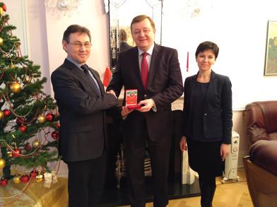 Медаль М.Джалиля  Послу Беларуси в UK Алейнику С.Ф. Лондон 2016.jpg