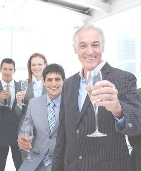 feliz-grupo-empresarial-diverso-brindand