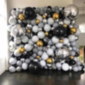 Стена панно из разнокалиберных воздушных
