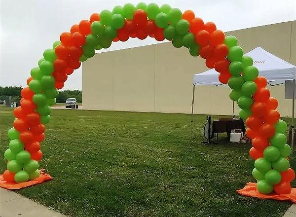 арка из шаров с широкой цветовой полосой