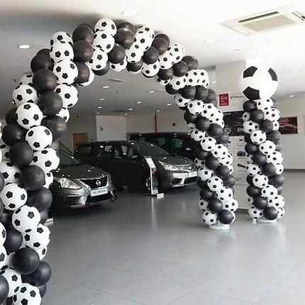 арка из воздушных шаров в футбольном сти