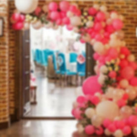 арка из шаров разнокалиберная с цветами