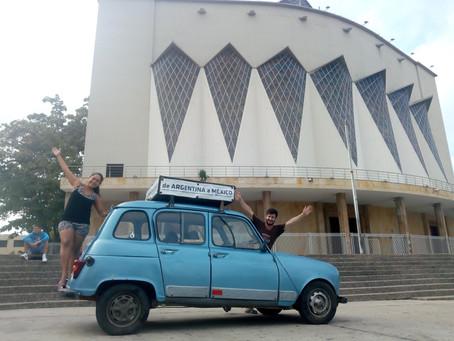 Novios que viajan por Latinoamérica en un Renault llegan al Caribe colombiano