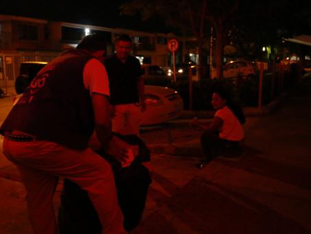 Este hombre ayuda a familiares que esperan afuera del Hospital Niño Jesús de Barranquilla.