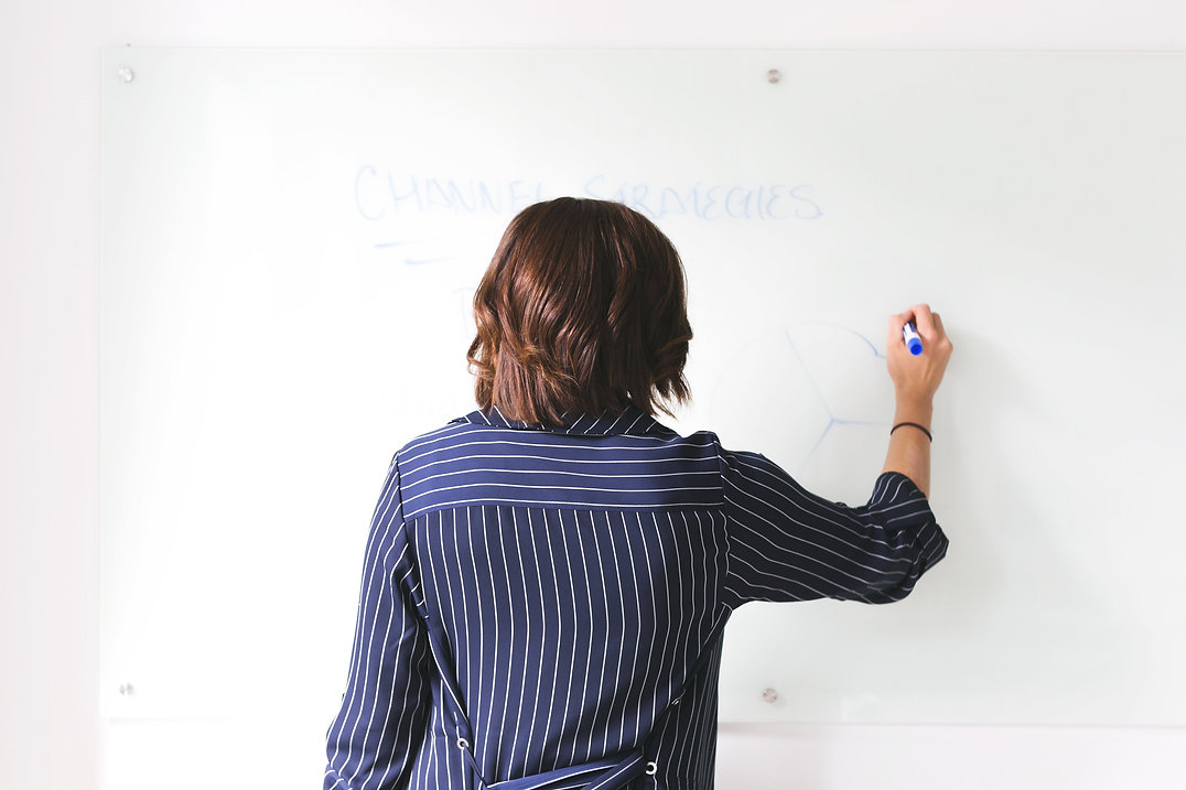 woman-uses-whiteboard-in-office_4460x446