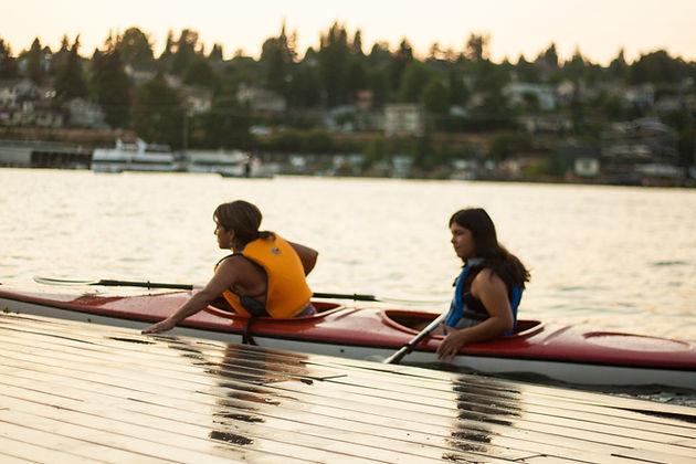 women kayaking on lake union at collge club seattle