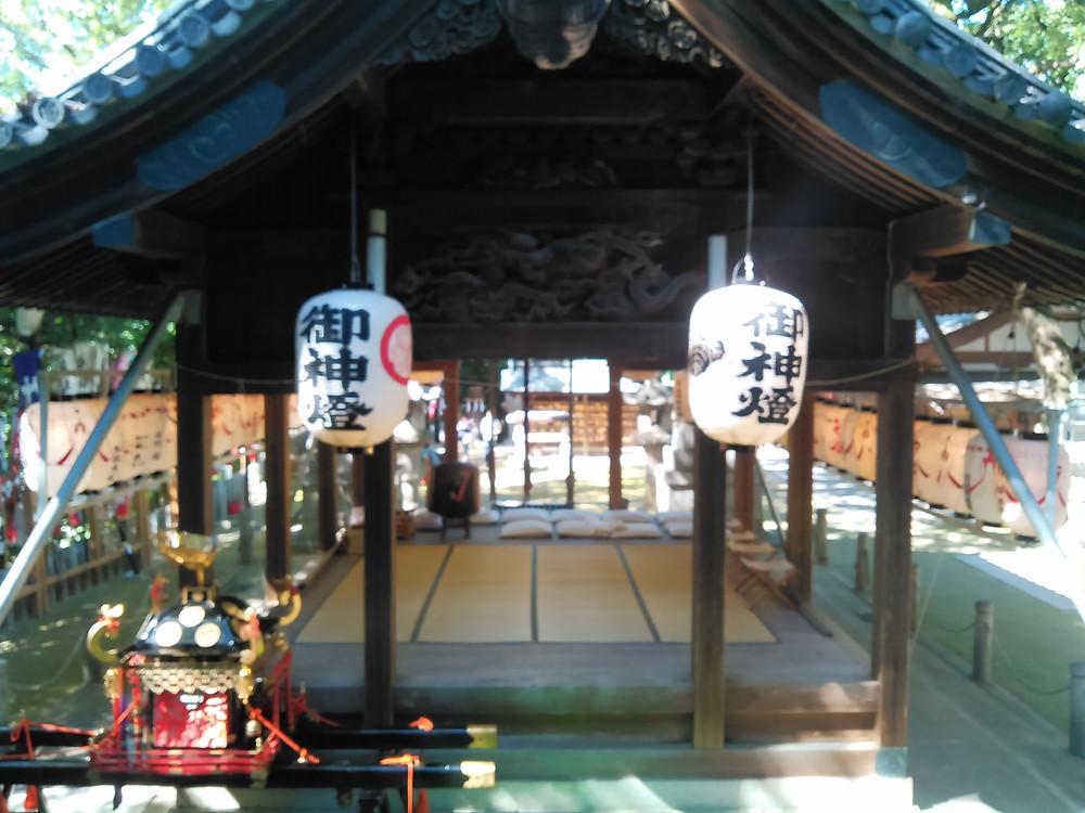 拝殿と神輿
