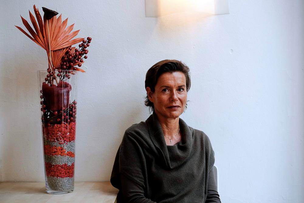 Frau vor Wand, Jutta Ackermann