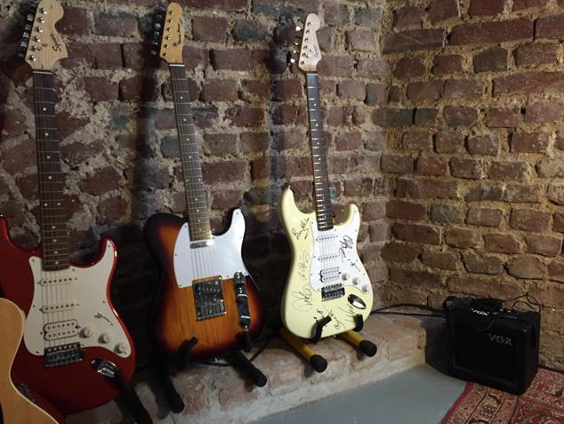 E-Gitarren an einer Wand