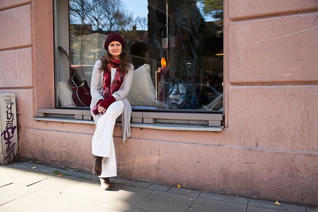 Frau sitz auf Fensterbank