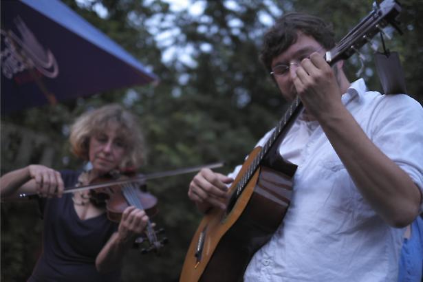 Gitarre und Geige am Lagerfeuer