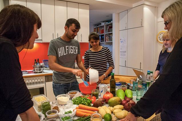 Menschen kochen in Küche