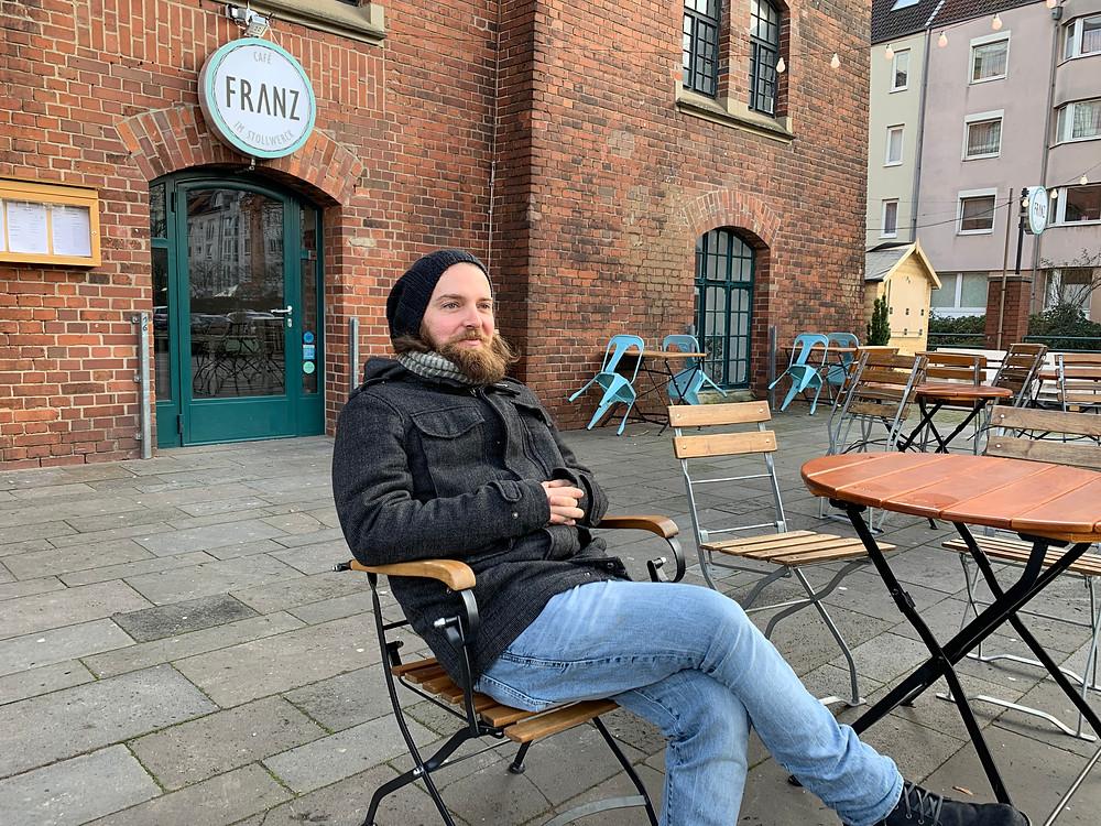 Mann auf Stuhl, draußen