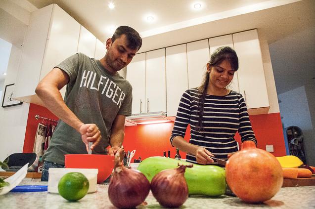 Mann und Frau kochen in Küche