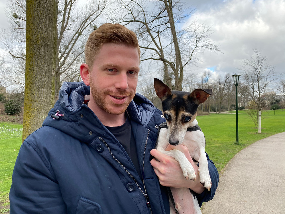 Mann mit Hund auf dem Arm
