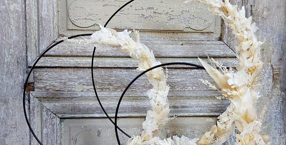 Structure métalique orné de fleurs séchées