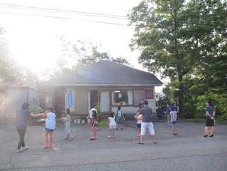 緑に包まれて。別荘地の朝のラジオ体操