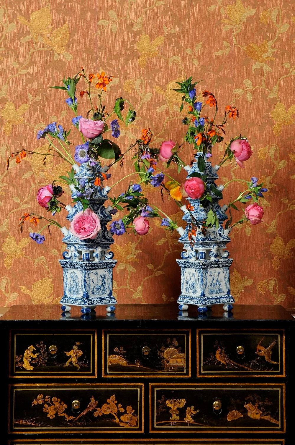 Two tulipieres, blue and white porcelain, flowers, roses, chinoiserie cabinent