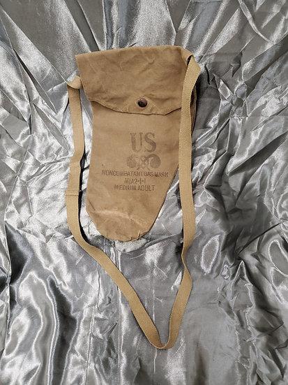 WWII ERA NON COMBATANT GAS MASK BAG