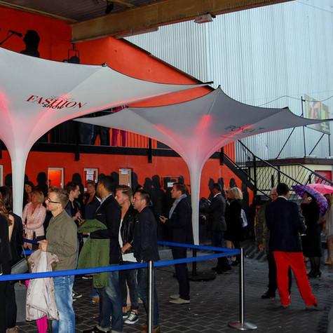 Trichterschirme im Eingang einer Veranstaltung