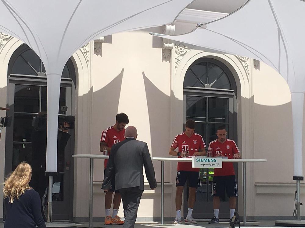 FC Bayern München unter IPOMEA simplex II Eventschirm