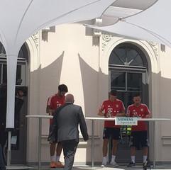 FC Bayern Muenchen unter IPOMEA Sonnenschirmen