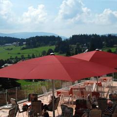 Weinrote Sonnenschirme auf Gastronomie Terrasse