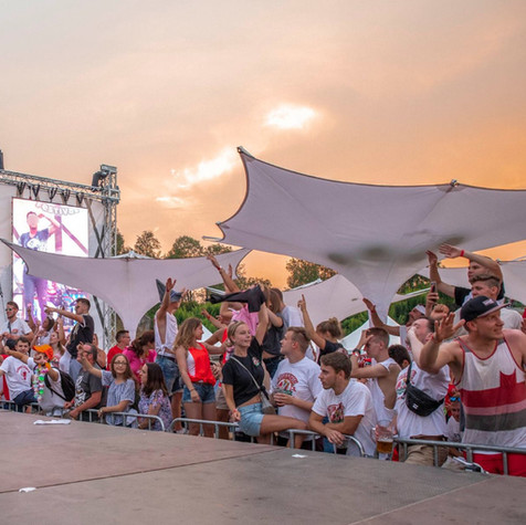 Sonnenschirme als Festival-Ueberdachung.