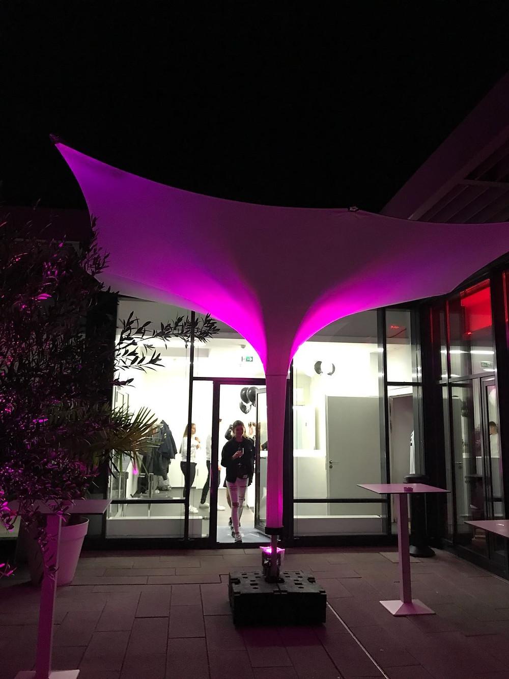 Grossschirm beleuchtet auf Dach-Terrasse