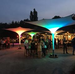 Trichterschirme beleuchtet auf Stassenfest