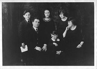 Schwartz Family 1920.jpg