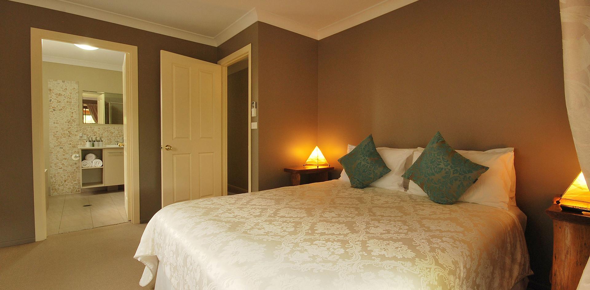 Queen Bed - Hibiscus Villa - Summerhills