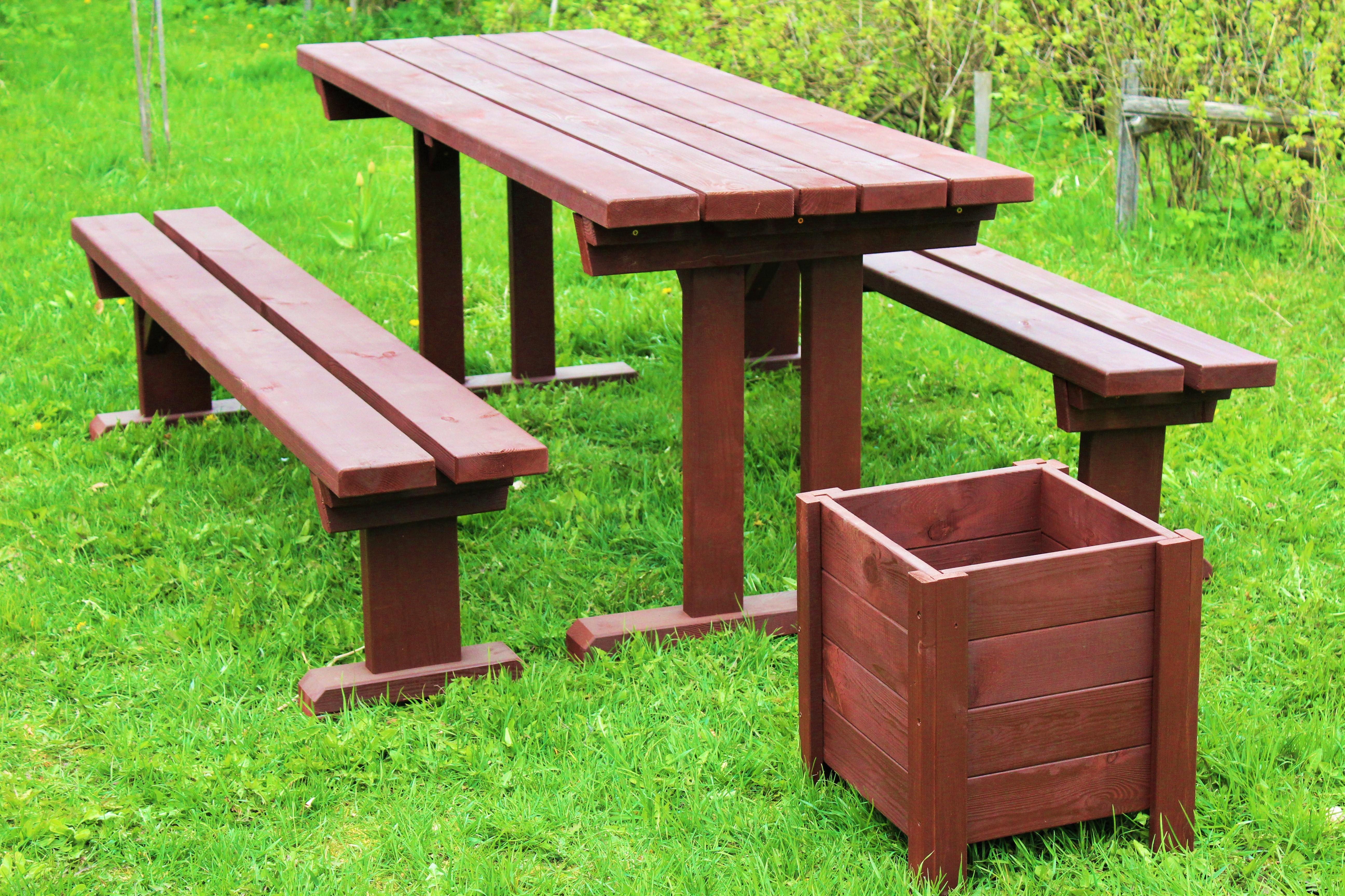Dārza galds ar soliem