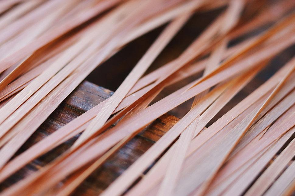 竹ひごを乾かしている