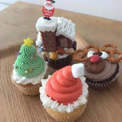 サンタハットカップケーキノエルカップケーキレインディアカップケーキサプライズハウスカップケーキ