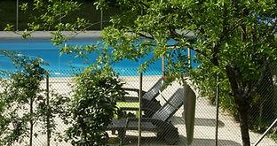 Transats n'attendant que vous pour vous faire bronzer au bord de la piscine