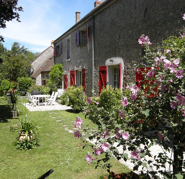 Maison vigneronne typique en pierres et avec ses volets rouges