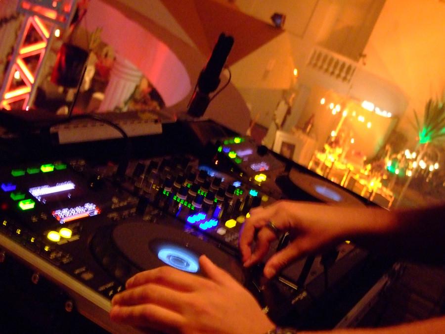 festas-15-anos-casamentos-confraternizações-formaturas-Buffet-Premier-DJ-com-Som