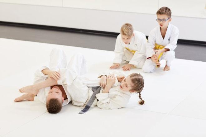 nino-peleando-chica-clase-karate_249974-1611.jpg