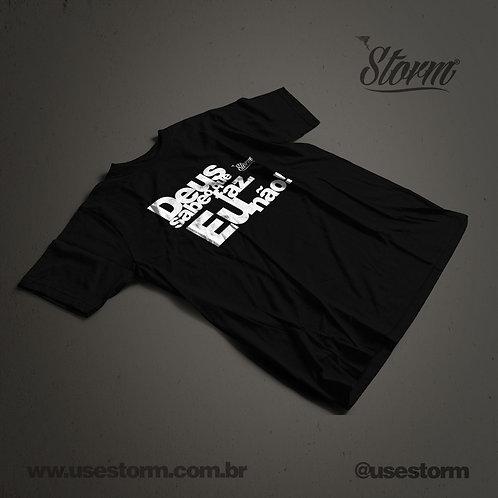 Camiseta Storm Deus sabe o que faz eu não!