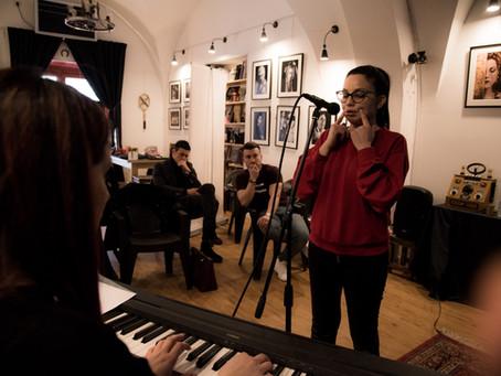 Imparare a cantare: esercizi vs canzoni