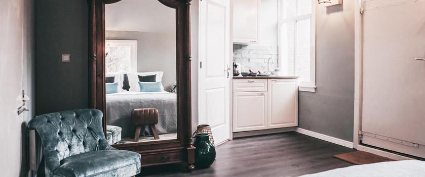 Ruime kamer met genoeg kastruimte en koelkastje