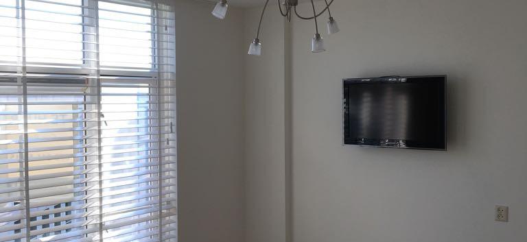 Master bedroom met TV