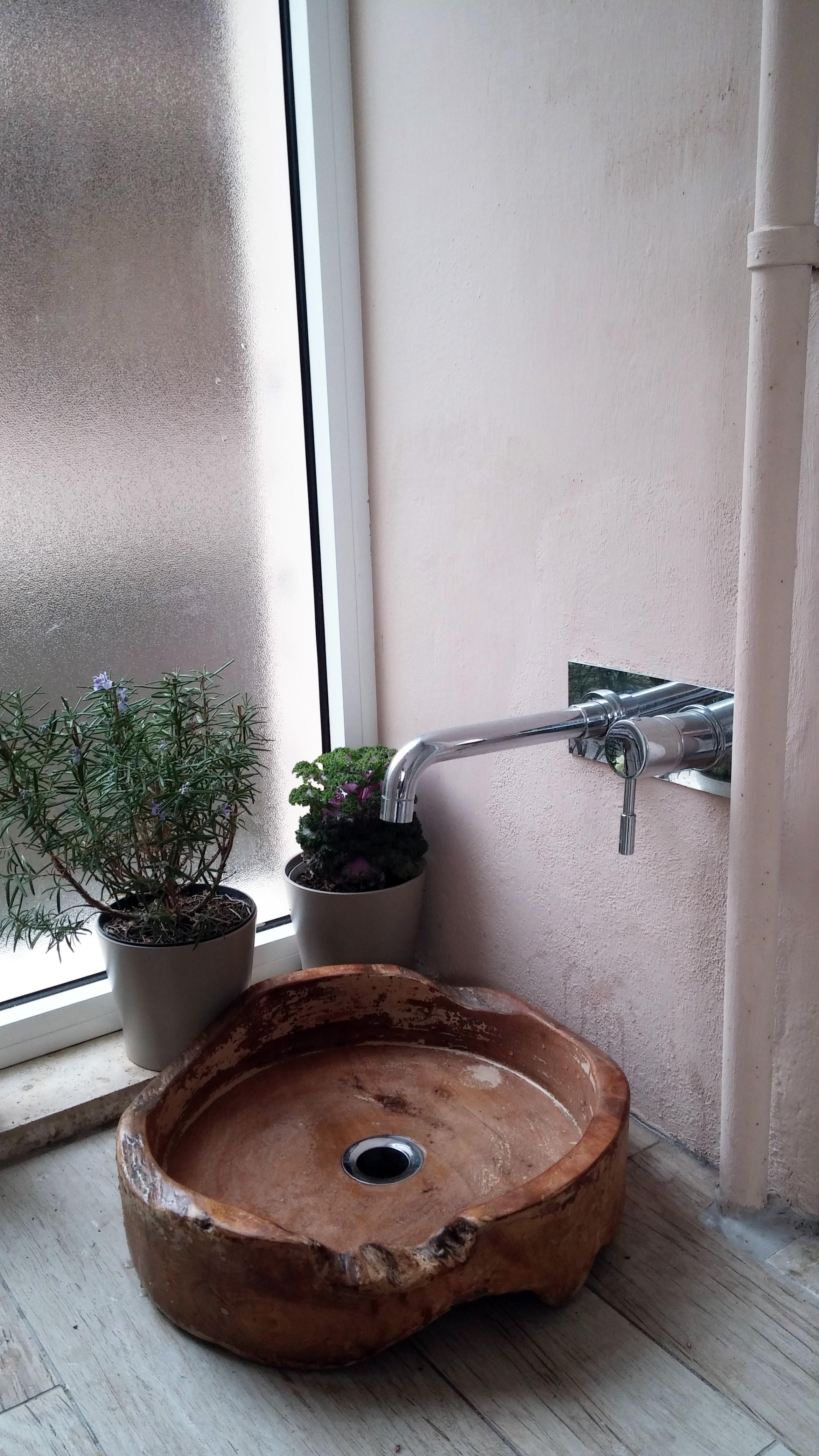 Dettagli lavabo in legno